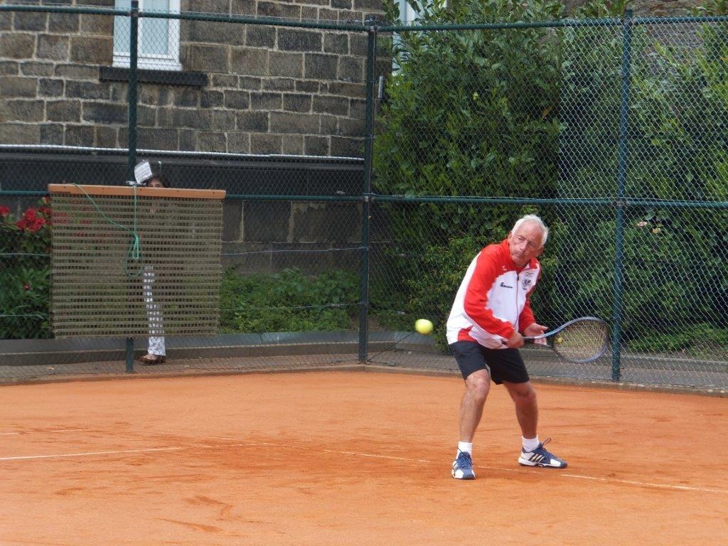 Horst Eichner in voller Konzentration auf den Return